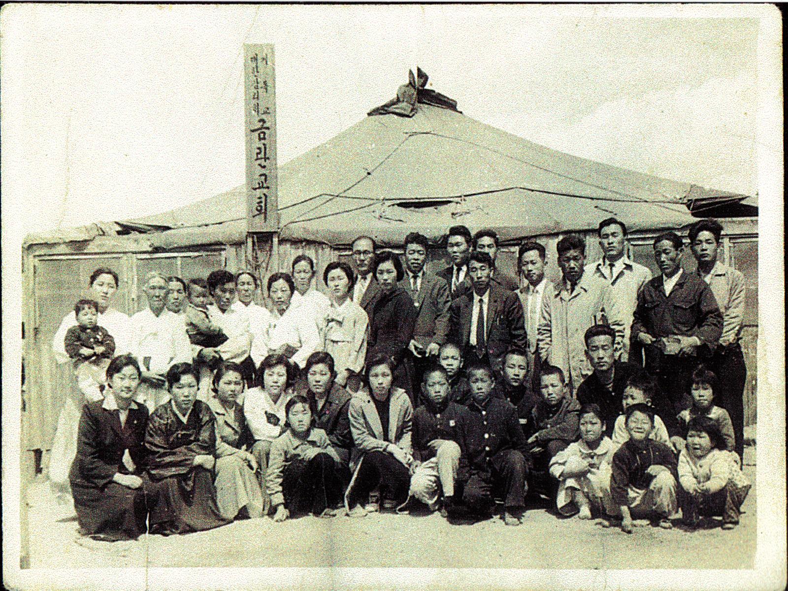 1958년 15평 10명 신자 초대 천막교회1600.jpg